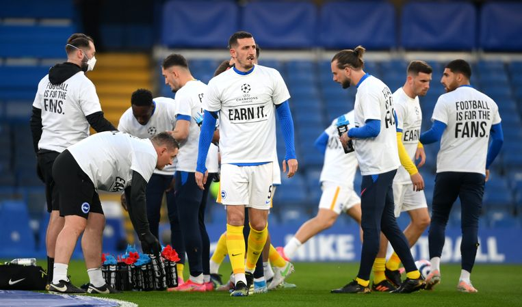De spelers van Brighton &  Hove Albion droegen protest-T-shirts bij de opwarming voor de match tegen Chelsea. Beeld Photo News