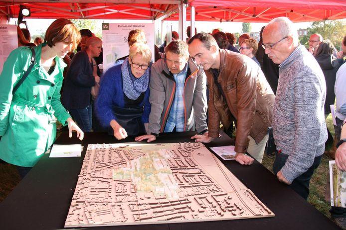 Al van bij de voorstelling van de plannen kwam er meteen protest van de buurtbewoners die zich groepeerden in het Buurtcomité Hoekakker.