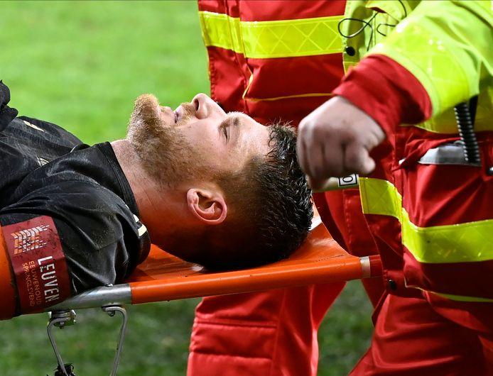 Thomas Henry moest na een penaltyovertreding op hem met een draagberrie worden afgevoerd. Gelukkig lijkt de nekblessure al met al nog mee te vallen.