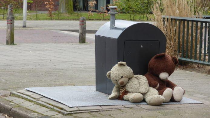 Twee teddyberen aan hun lot overgelaten bij een ondergrondse afvalcontainer. Lezersfoto bij Meldpunt Diftar Enschede