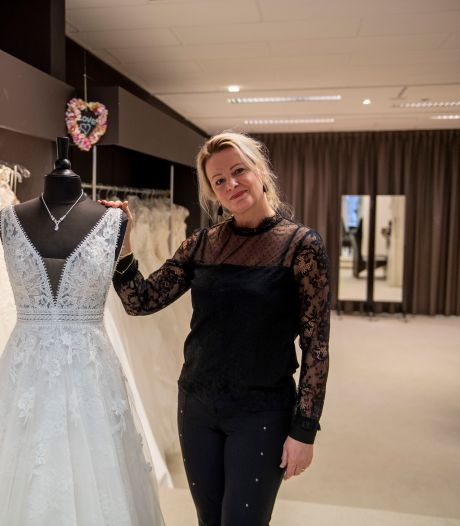 Twentse bruidsmodeverkoopster maakt nu mondkapjes van kant: 'Dit beter dan zo'n lelijk ding voor je mond'