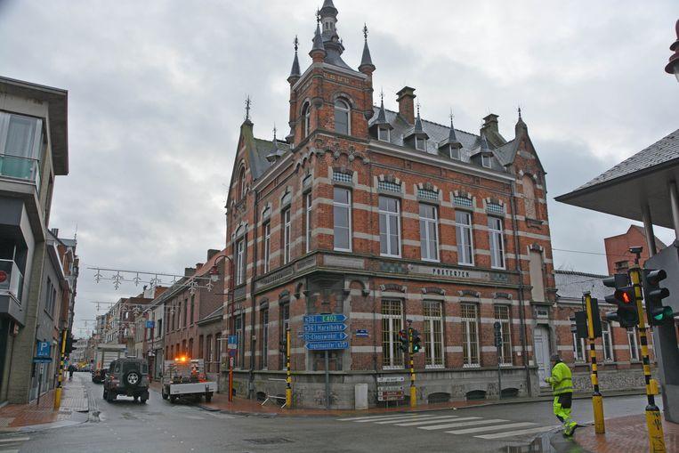 Het historische postgebouw op de hoek van de Baron de Pélichystraat dateert van 1897.
