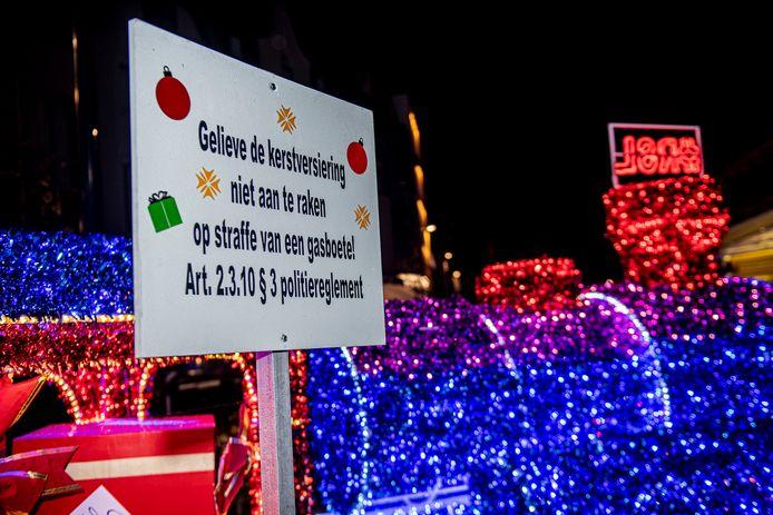 Gelieve de kerstversiering niet aan te raken.