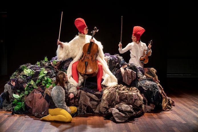 Een scenefoto uit Eendje Buitenbeentje door Holland Opera.
