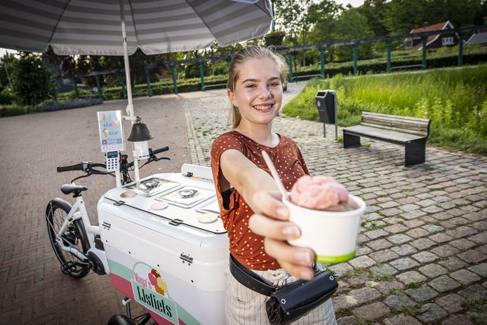 Maya Vlasma is veertien jaar en rijdt met haar eigen ijscokar Enschede rond.