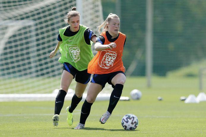 Jill Baijings op de training van de Leeuwinnen in Spanje met achter haar Vivianne Miedema.