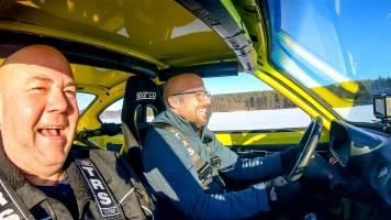 Staf vlamt met wagen over bevroren meer