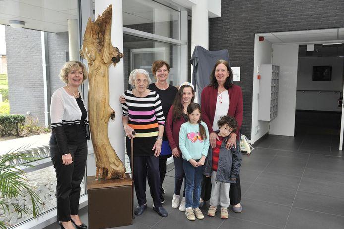 Mariëtte Coppens (midden) schonk haar werk 'Onder de Linde' aan WZC De Buurt.