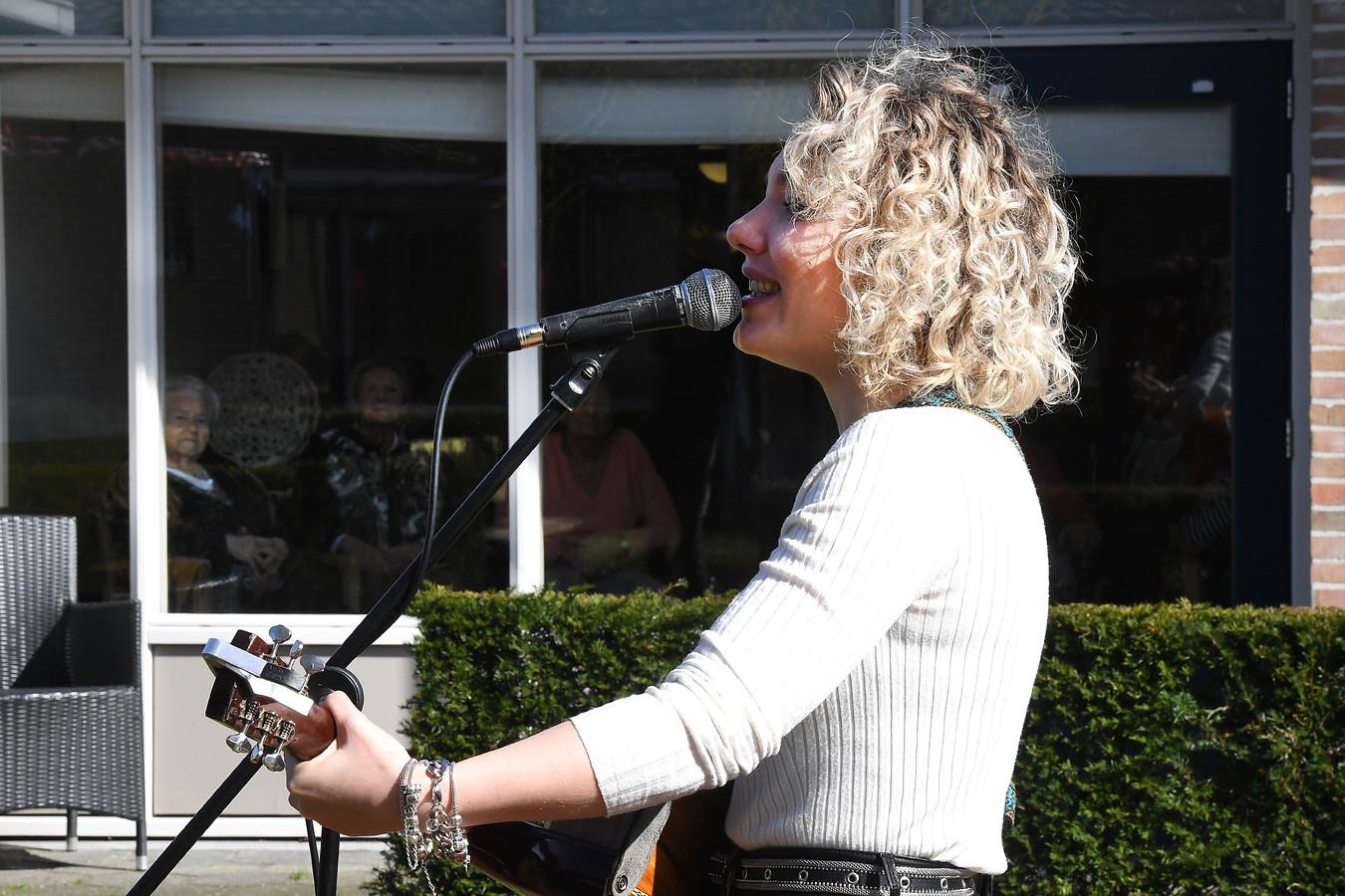 Zangeres Karlijn Nijkamp verzorgde vorige week nog een optreden, een 'contactloos' concert, voor bewoners van zorgcentrum Madeleine in Boxmeer.