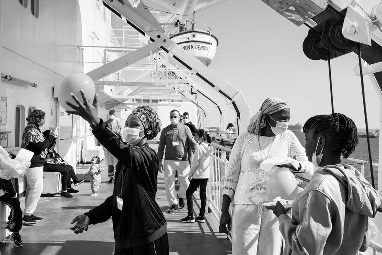 Een Libisch meisje viert haar tiende verjaardag aan boord van het quarantaineschip Allegra. Beeld Hollandse Hoogte / Magnum Photos