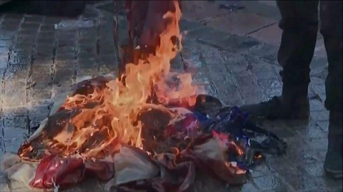 Des manifestants ont brûlé des drapeaux américains tout en scandant des slogans anti-police et anti-Biden.