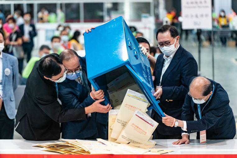 Officials openen een stembus in Hongkong. Al bij voorbaat stond vast dat in het nieuwe comité dat volgend jaar de nieuwe stadsbestuurder kiest, alleen pro-Peking-politici komen.  Beeld Getty Images