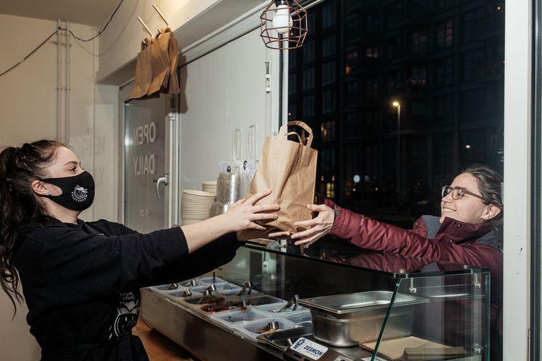 Bij Falafellow kun je falafelgerechten afhalen of bestellen van het eigen merk.   Beeld Jakob van Vliet