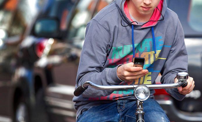 Appen op de fiets. Leerlingen van de KSE hebben een wedstrijd gewonnen waarbij gezocht werd naar een slogan om te wijzen op de gevaren van de smartphone in het verkeer.