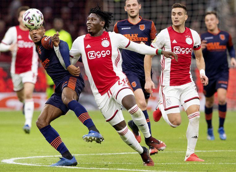 Lassina Traoré van Ajax in duel met Hannes Delcroix van RKC Waalwijk. Beeld EPA