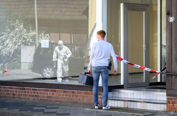 Een agent en een forensisch expert bij de woning in Wittingen waar nog eens twee lichamen werden ontdekt.