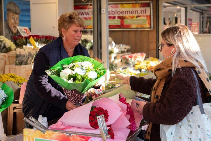 Nel Kames, voorzitter van de Vereniging Ambulante Handel,  in haar bloemenkraam op de Haagse markt.