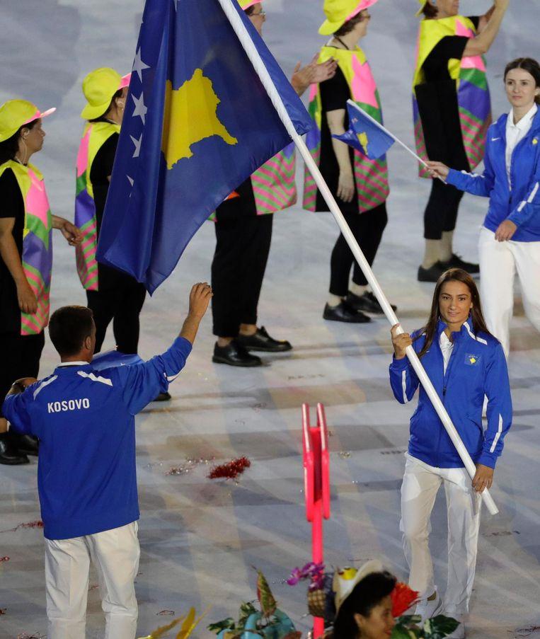 Judoka Majlinda Kelmendi draagt de vlag namens Kosovo Beeld AP