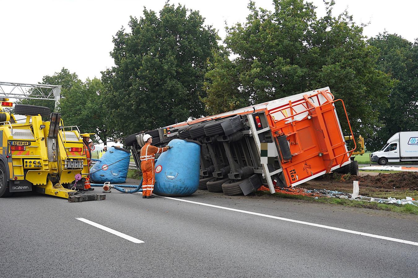 De vrachtwagen wordt omhoog geholpen.