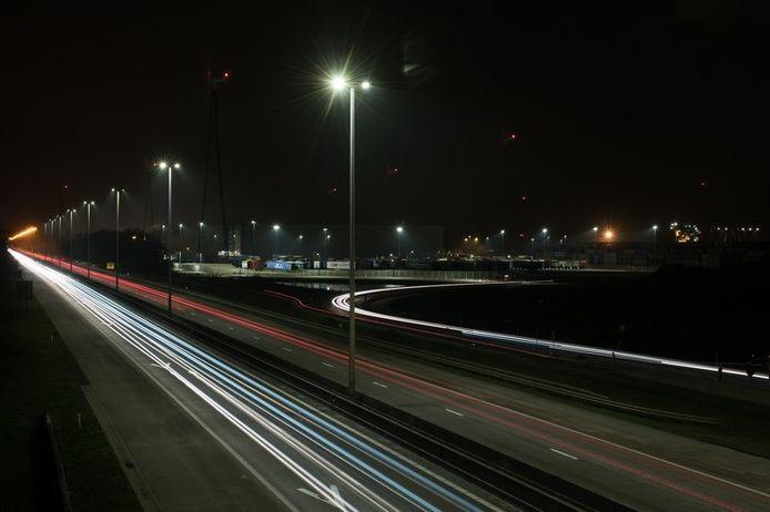 's Nachts is er minder verlichting op de N44 in Aalter.