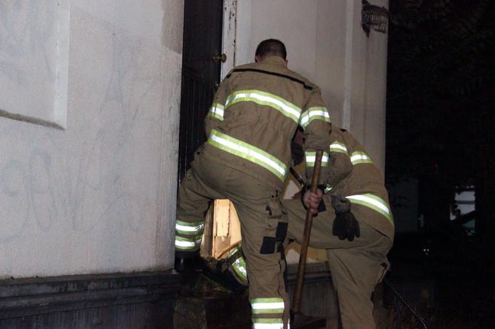 Brandweerlieden hebben de deur opengebroken, waarna de kwekerij ontdekt werd.