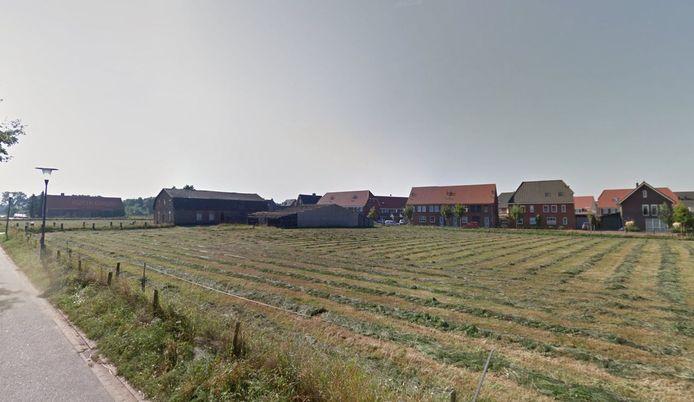 De boerderij aan de Huurlingsedam in Wijchen. Op het terrein moeten seniorenwoningen komen. Op de achtergrond de huizen aan de Mandenmaker.