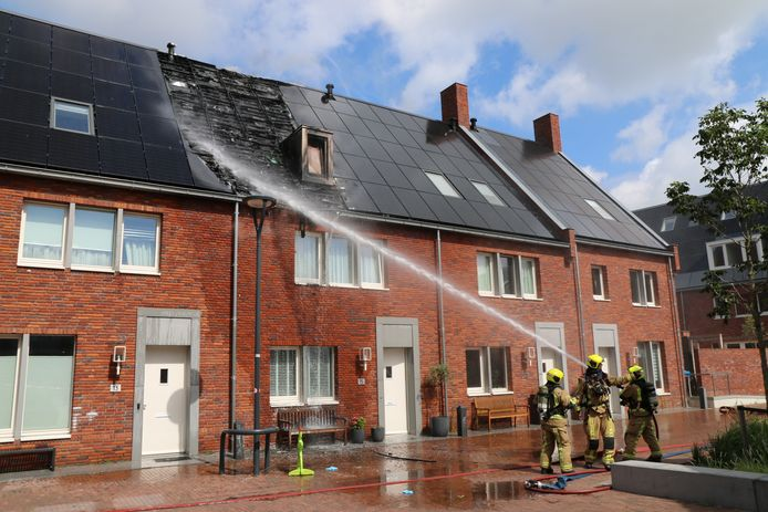 Zonnepanelen in brand in de Wissingstraat in Delft.