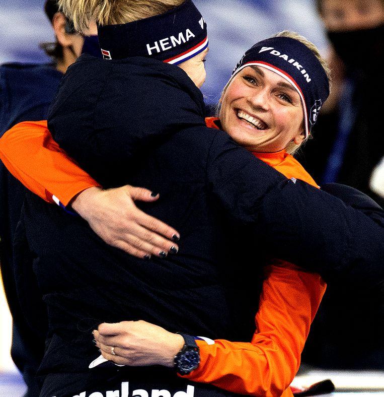 Irene Schouten wordt gefeliciteerd door Carlijn Achtereekte met haar wereldtitel op de 5.000 meter. Beeld Klaas Jan van der Weij / de Volkskrant