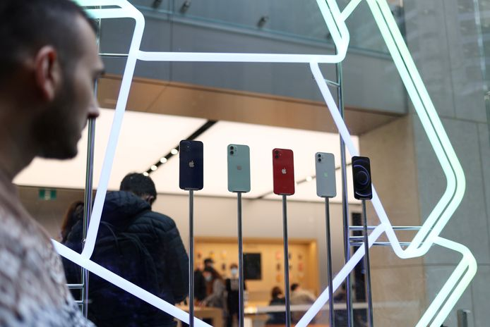 Een display met iPhone 12-modellen.
