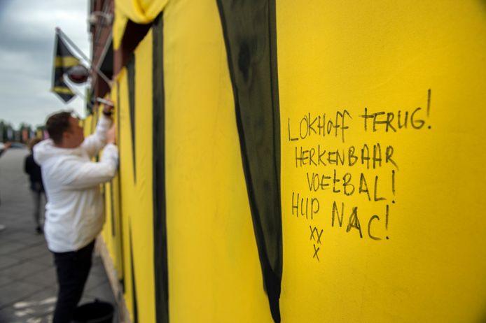De wensmuur van en voor de NAC-supporters.