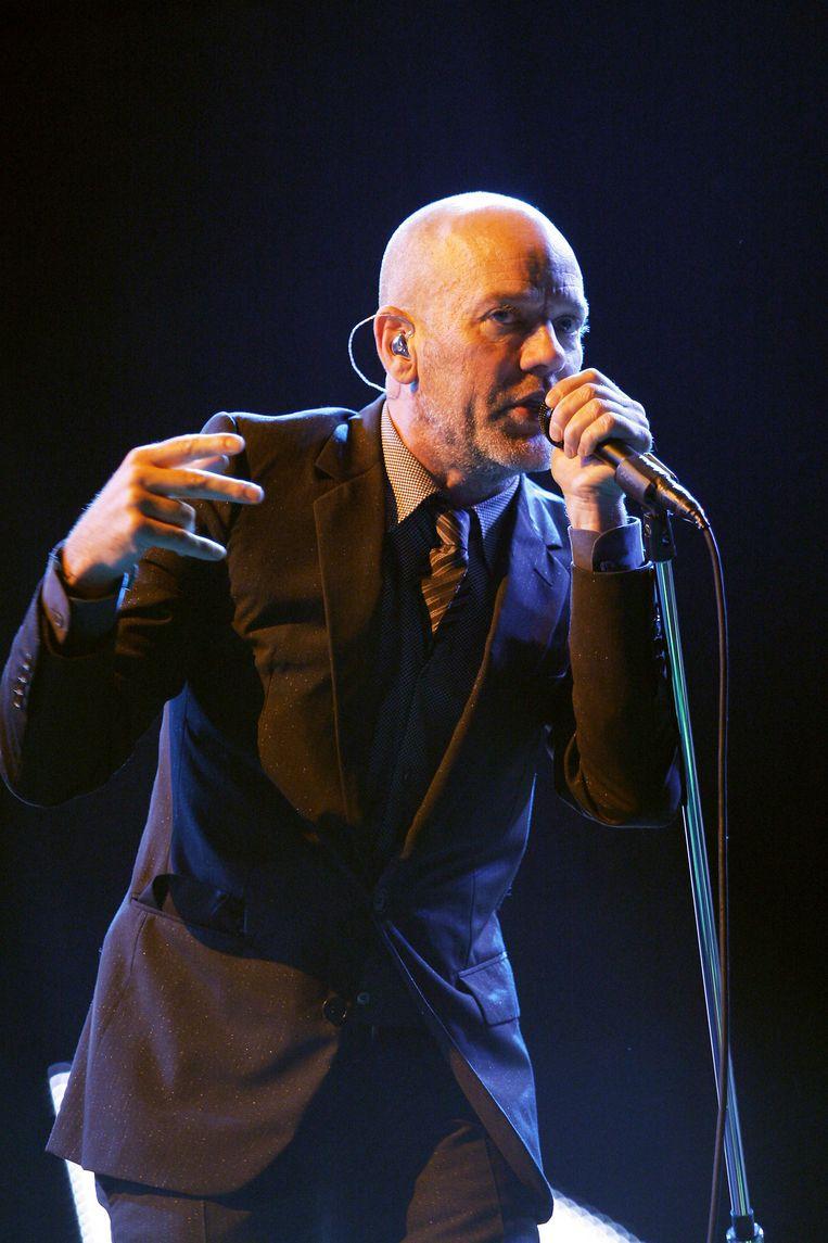 Michael Stipe, zanger van de Amerikaanse rockband R.E.M., treedt op tijdens de 6e editie van het Rock en Seine music festival in 2008. Beeld Hollandse Hoogte / AFP