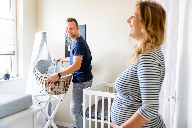 Laurens Delft met zijn zwangere vriendin in de kinderkamer.  Beeld Jiri Büller
