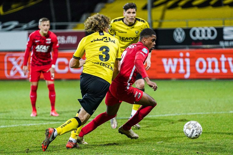 Myron Boadu gaat Arjan Swinkels van VVV voorbij. De spits van AZ scoorde twee keer. Beeld ANP