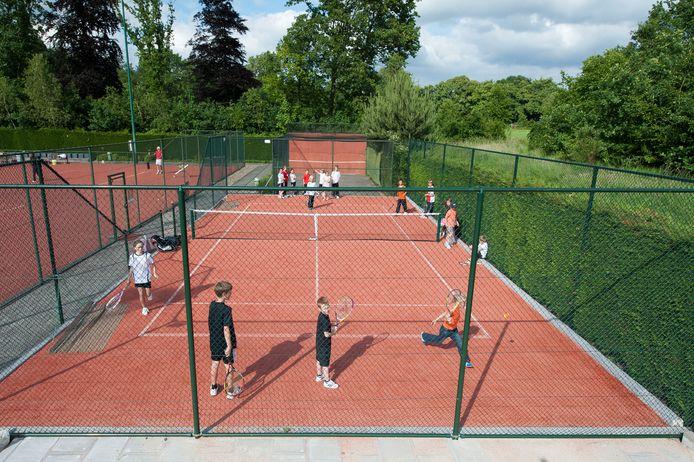 Tennisvereniging De Meet in Ossendrecht is de enige sportclub met een volledig geprivatiseerde accommodatie. Voor de overige elf sportparken in de gemeente Woensdrecht is jaarlijks een onderhoudsbudget met 2,2 ton nodig.