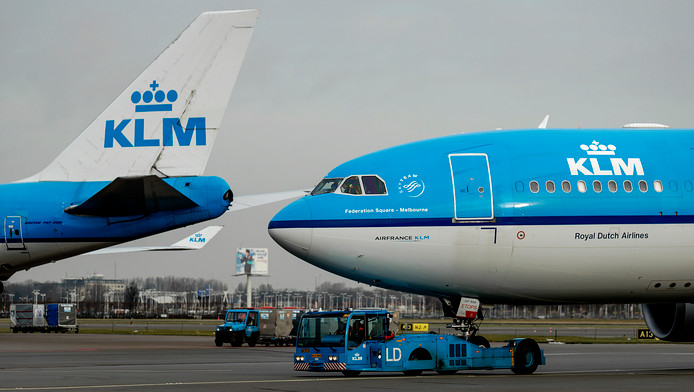 Een vliegtuig van KLM op het platform van Schiphol.