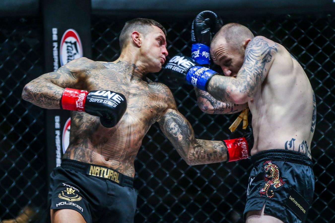 Het vorige gevecht van Nieky Holzken duurde niet eens een hele ronde, Elliot Compton ging door een leverstoot knock-out.