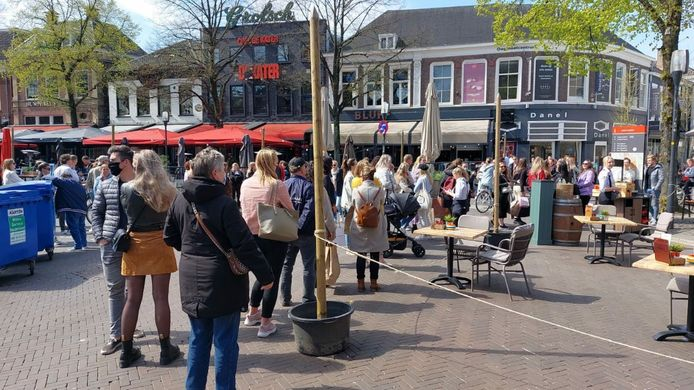 Op de Oude Markt in Enschede hebben tegen het middaguur zeker 150 mensen zich verzameld om plaats te nemen op één van de terrassen.