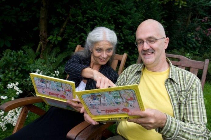 Gerrit Bruijnes, geflankeerd door illustrator Ellen van Boggelen- Heutink, komt mensen die op zichzelf wonen tegemoet met een boek vol bruikbare tips. foto Freddy Schinkel
