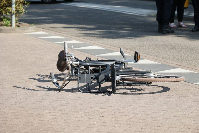 Een meisje is dinsdagmiddag rond 16.00 uur zwaargewond geraakt bij een aanrijding met een auto op de Floris V-laan in Waalwijk. De bestuurder reed door.