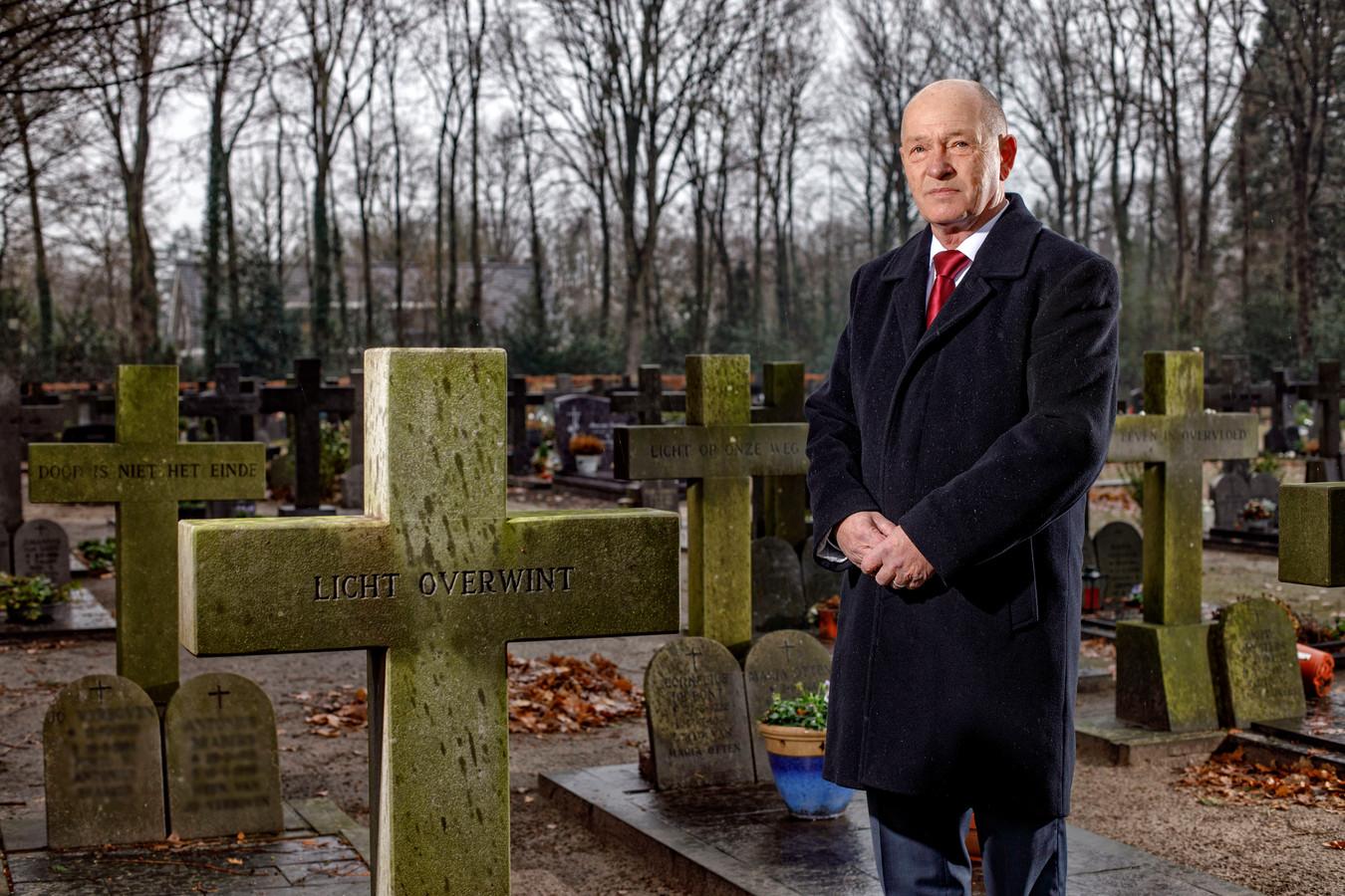 Uitvaarverzorger Sjaak van Esch op de begraafplaats in Loon op Zand.