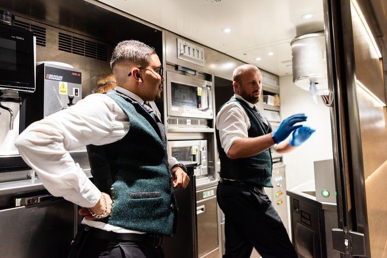 De Caledonian sleeper is gemoderniseerd, tot en met de keuken aan toe. Beeld Katja Poelwijk