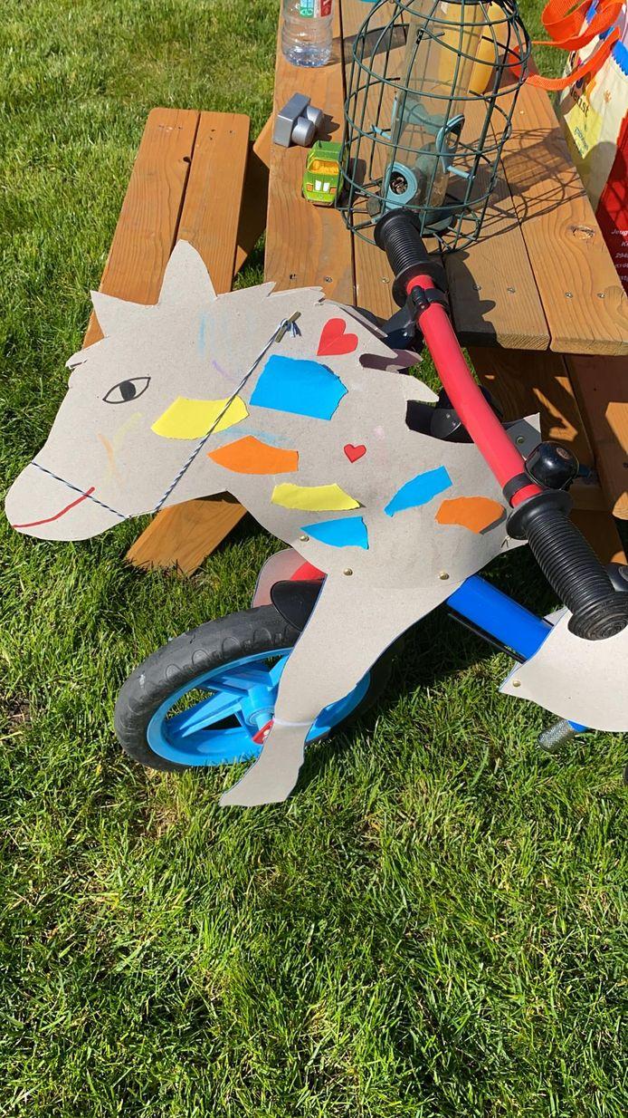 De kinderen in Stabroek konden als alternatief op de Buitenspeeldag een pakket bestellen waarmee ze hun fiets tot een paard kunnen omtoveren