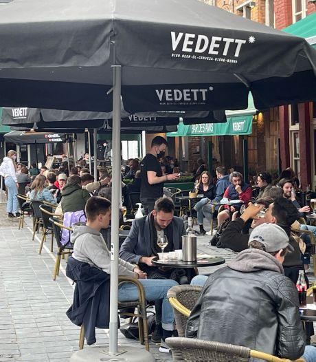 Gedaan met regenen, dus daar komt het volk: gezellig druk op terrassen in Brugge