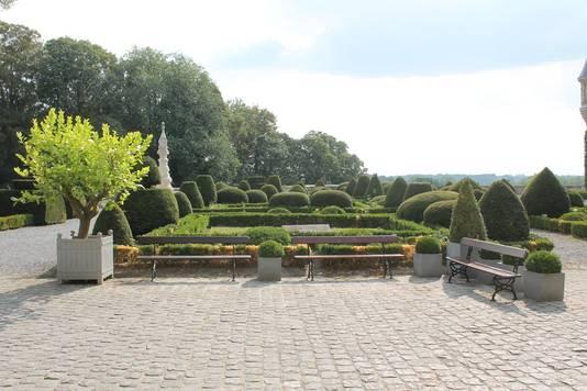 Ook op de terreinen rond het kasteel en het bos moet de conciërge patrouilleren.