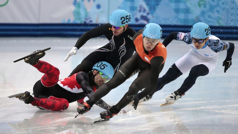 Sjinkie Knegt heeft zich gekwalificeerd, de Canadees Charles Hamelin viel. Beeld ap