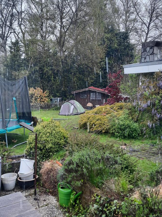 Sneeuw in de achtertuin waar ook gekampeerd wordt.