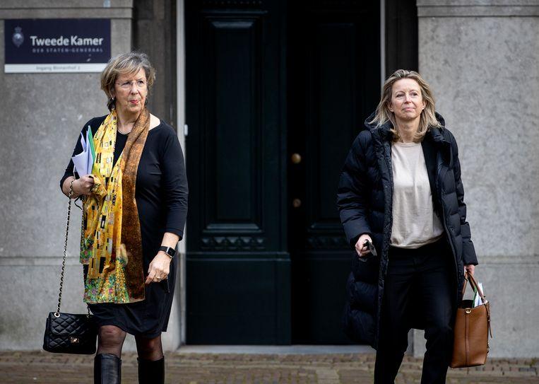 Annemarie Jorritsma en Kajsa Ollongren verlaten het gebouw van de Tweede Kamer na afloop van een persconferentie.  Beeld Hollandse Hoogte /  ANP
