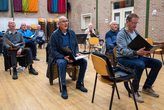 Stoelen staan voor de koorleden van Lingewaards Mannenkoor op 1,5 meter afstand. Foto: Gerard Burgers.