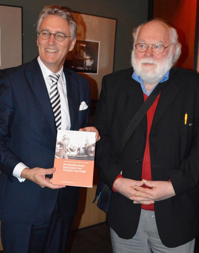 Burgemeester John Jorritsma en auteur Jack van Hoek.
