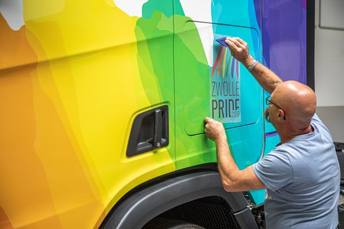 DS-2019-6067Zwolle het bestickeren van Scania-truck; ze maken er een Pride Truck van (voor de parade met LHBTI'ers). Scania is sponsor van het evenement.FotoPersBuro Frans Paalman Zwolle ©2019